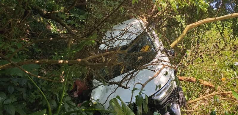 一家三口乘轎車墜落山谷。(記者鄭景議翻攝)