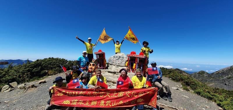 胡樹名說,雪山單攻行程難度很高,但看到疫情期間台灣民眾與醫護人員齊心抗疫,希望能與神明一起攀上台灣高峰。(胡樹名提供)