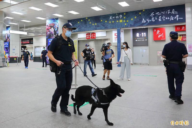 高捷客服網被留言恐嚇放炸彈IP疑自境外,查與高鐵附加檔案恐嚇不同,警方出動警犬偵搜不敢掉以輕心。(記者李惠洲攝)