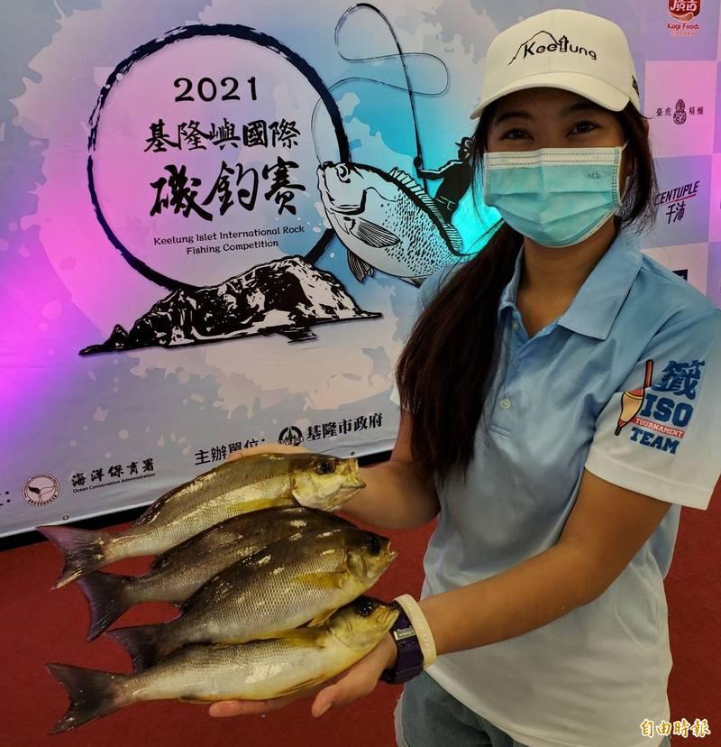 美女女釣手丁玉玫釣得黃雞魚,她說超級開心。(記者盧賢秀攝)