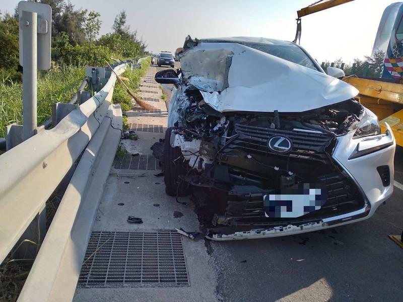 西濱驚魂,貨車上板模飛下來,後方休旅車車頭被砸爛。(記者蔡政珉翻攝)
