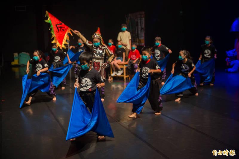台南市兒童藝術教育節「藝起SHOW」第1場表演,由佳里區子龍國小小龍劇團演出《幸福日記簿》。(記者劉婉君攝)