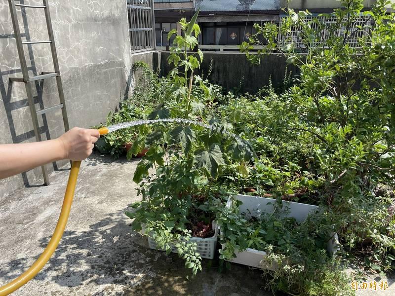 台北市議員王浩表示,再生水可用於公共環境清潔、公園綠地澆水等市政用水上,但台北市政府取用率極低,反而浪費公帑、與民搶水。(記者鄭名翔攝)