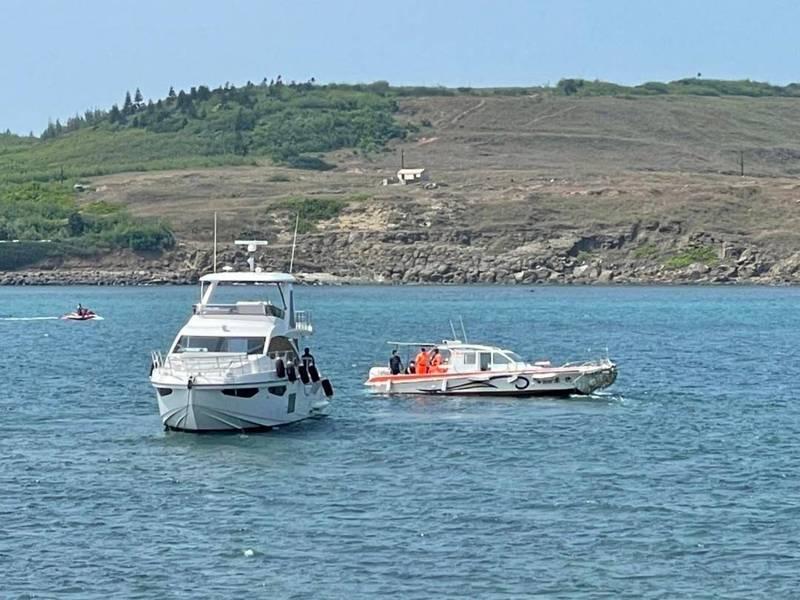 馬來西亞籍遊艇在望安潭門港外海擱淺,安檢人員前往搜救。(海巡署第十三巡防區提供)