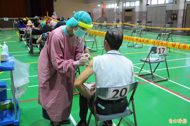 花蓮長輩明天開始打莫德納疫苗第2劑,縣衛生局採取造冊施打,因此無殘劑可供民眾預約。(資料照,記者花孟璟攝)