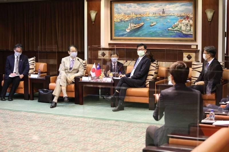 日本台灣交流協會泉裕泰代表今拜會陳其邁市長,兩人暢談防疫、台日城市交流等議題。(高市府提供)