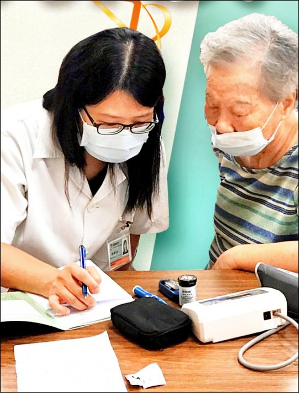 社區藥師協助民眾用藥和防疫。(市府提供)