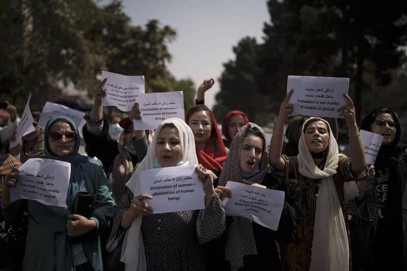 喀布爾一家婦女駕訓班由於過去一個月都沒有客戶,投資人只好關閉。圖為阿富汗婦女9月19日上街爭取女性權利。(美聯社)