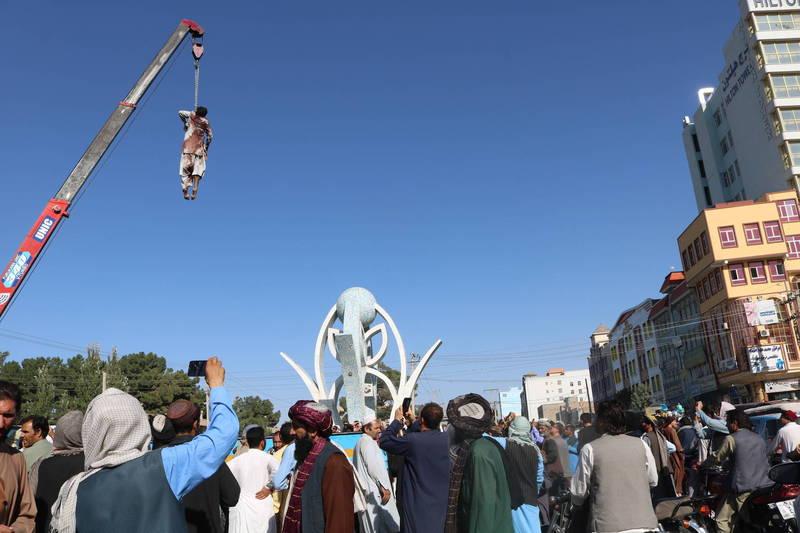 週六時神學士將4具屍體懸掛在赫拉特市中心的廣場,並在屍體胸前留下「綁架犯會受到這種懲罰」的字條,引發外界嘩然。(美聯社)