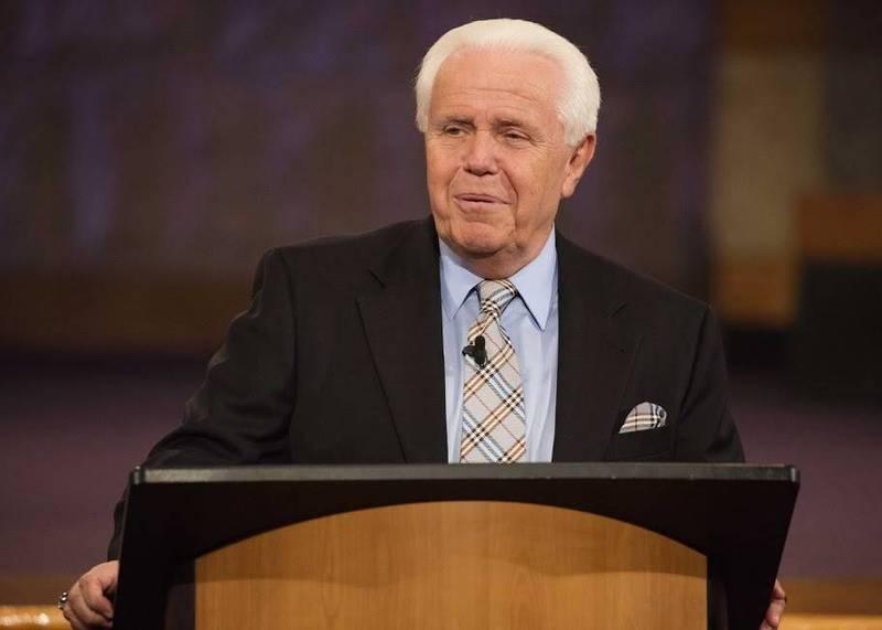 美國福音派牧師杜普蘭提斯日前在節目上的「捐錢」言論遭網撻伐。(圖取自Facebook)