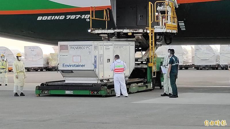 長榮航空第66班機運載斯洛伐克贈台的16萬劑AZ疫苗抵桃園機場。(記者姚介修攝)
