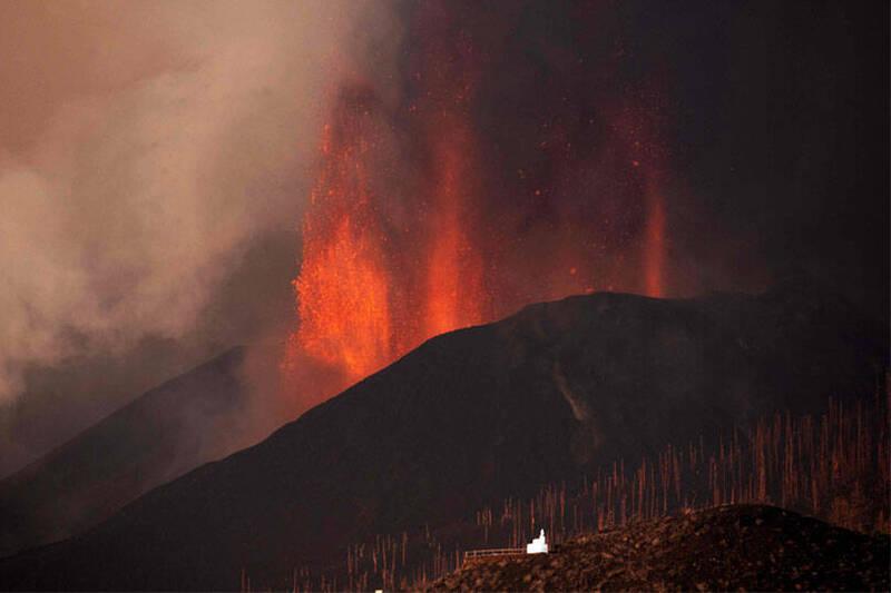 西班牙加那利群島拉帕爾馬島(La Palma)19日發生火山爆發,噴出大量火山灰和炙熱岩漿。(法新社)