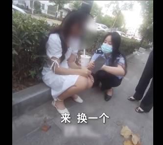 女警(右)耐心安撫拿著菜刀哭泣的女子(左),順利用奶茶換走手上的菜刀。(圖取自微博)