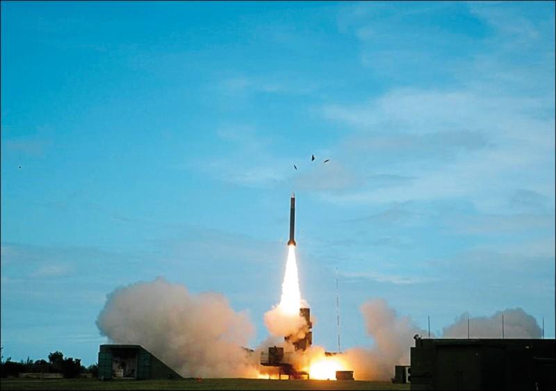 國軍現以愛國者三型、天弓三型飛彈作為主要反彈道飛彈武器,並搭配「陸劍二」及「海劍二」飛彈,作為反敵戰機武器。圖為天弓三型飛彈試射情形。(資料照,取自中科院官網)
