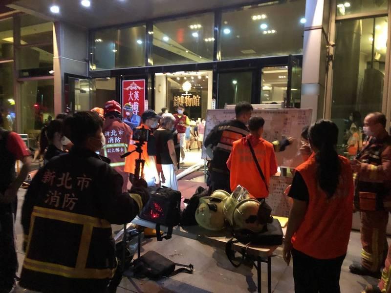 消防人員到起火的住宅進行人員疏散及滅火。(記者邱書昱翻攝)
