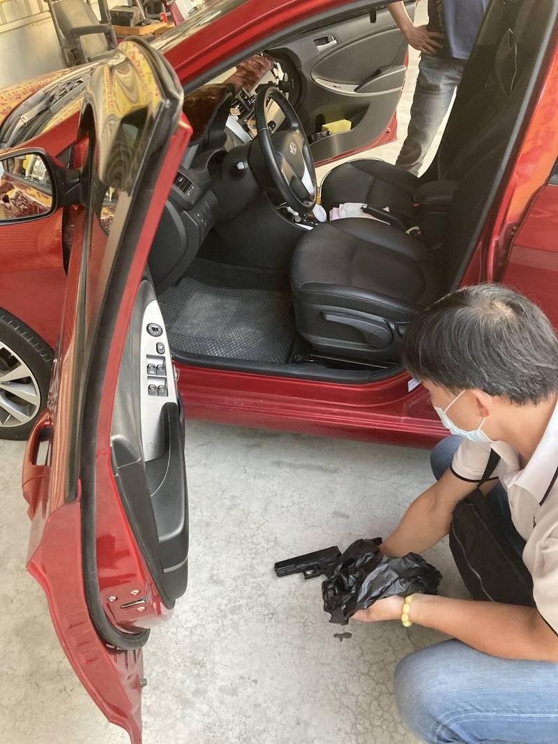 南市五分局警方在施姓男子駕駛的小客車內起獲一把空氣手槍。(圖:民眾提供)