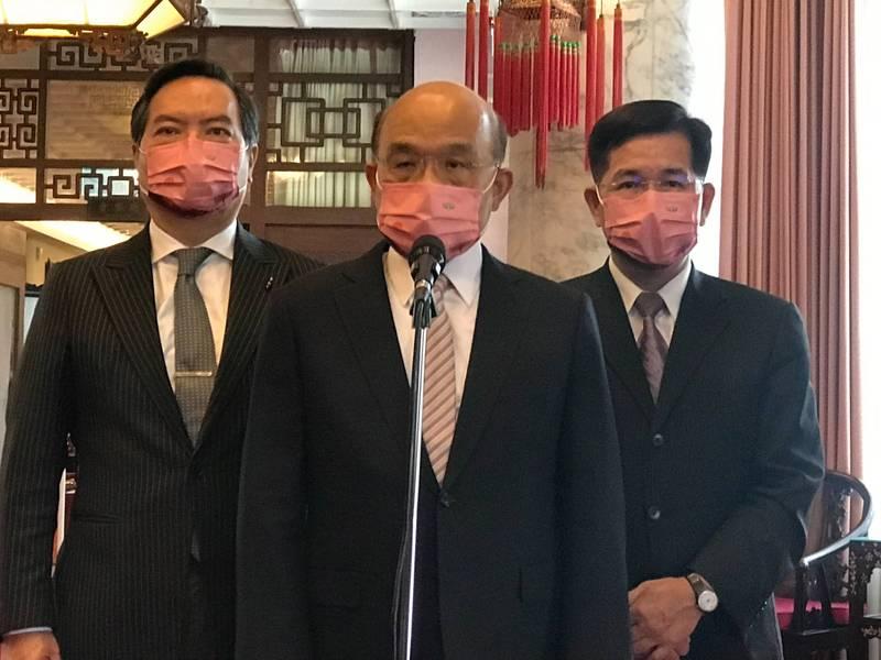 行政院長蘇貞昌(圖中)今受訪表示,(朱立倫)連民國都不敢表,所謂愛台灣都是假的。(教育部提供)