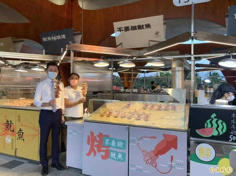 圖為市長林智堅在波光市集促銷攤商。(記者洪美秀攝)
