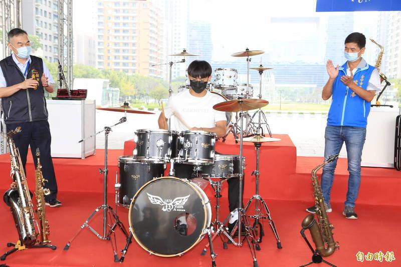 台中樂器節10月后里登場,楊勇緯小露爵士鼓身手邀民眾認識「在地好聲音」。(記者蘇孟娟攝)