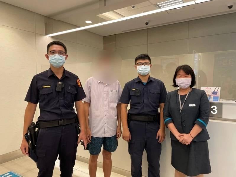 警方攔阻吳男被騙。(記者王冠仁翻攝)