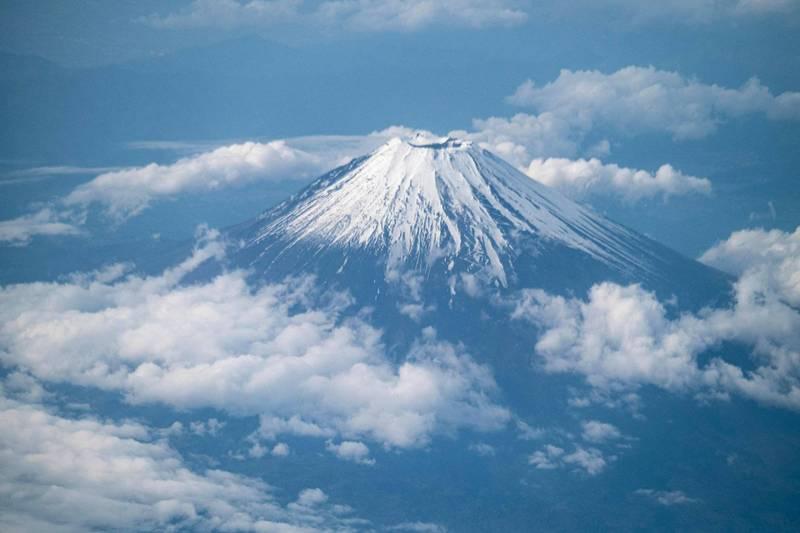 日本甲府地方氣象台今天宣佈富士山初冠雪(下今年第一道雪),比去年早2天。圖為今年5月間從民航機上拍攝到的富士山雪景。(法新社資料照)