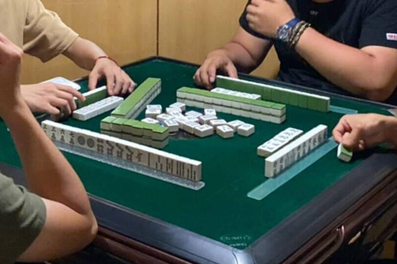 桌遊、麻將休閒館營業場所同桌需使用隔板。(資料照)