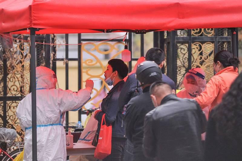 黑龍江爆發疫情又遇限電等問題,引爆網友不滿。圖為哈爾濱民眾接受檢測。(法新社)