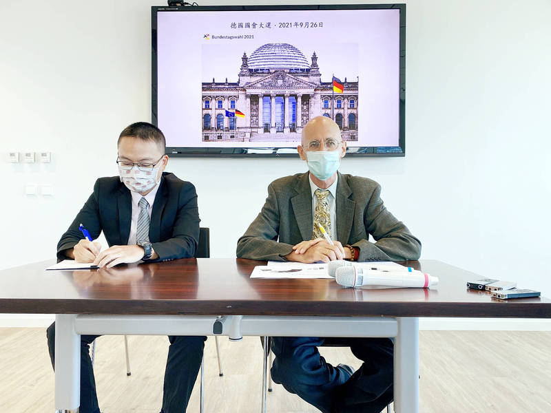 German Institute Taipei Director-General Jorg Polster, right, holds a news conference at the institute in Taipei yesterday to give an update on Germany's Bundestag election. Photo: CNA