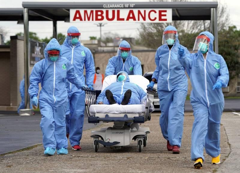 英國牛津大學研究顯示,武肺大流行使得多國民眾的2020年預期壽命縮短,而且創下第二次世界大戰以來的減少最多的紀錄。武肺醫護與病患示意圖。(美聯社)