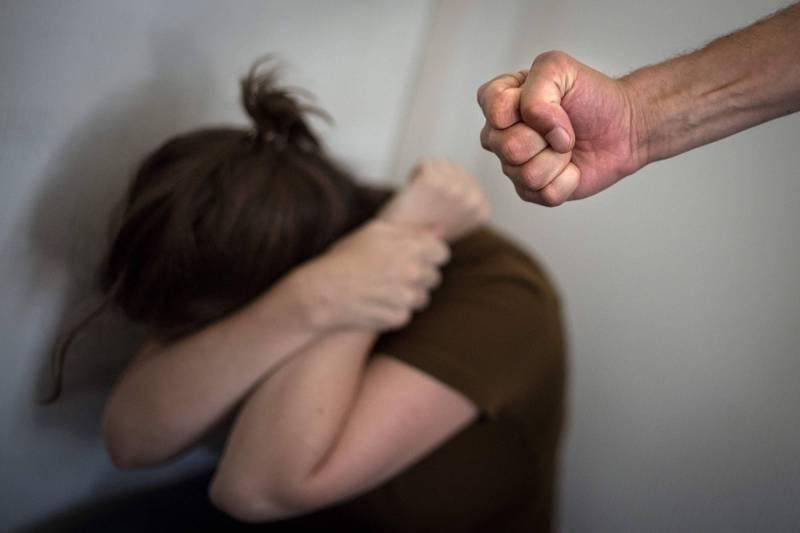法國正測試一款VR「移情機」,盼透過讓家暴施暴者沉浸式體驗受暴恐懼,進而誘發同理心,遏止再犯可能。情境照。(法新社資料照)