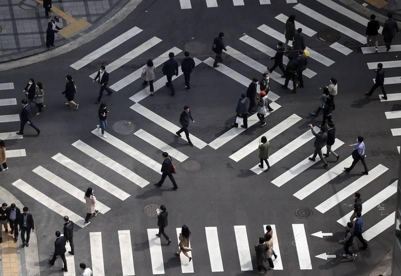 南韓有近314萬名20歲以上成年人靠父母生活,其中有65萬人是30、40來歲的青壯年。南韓首爾民眾示意圖。(歐新社)