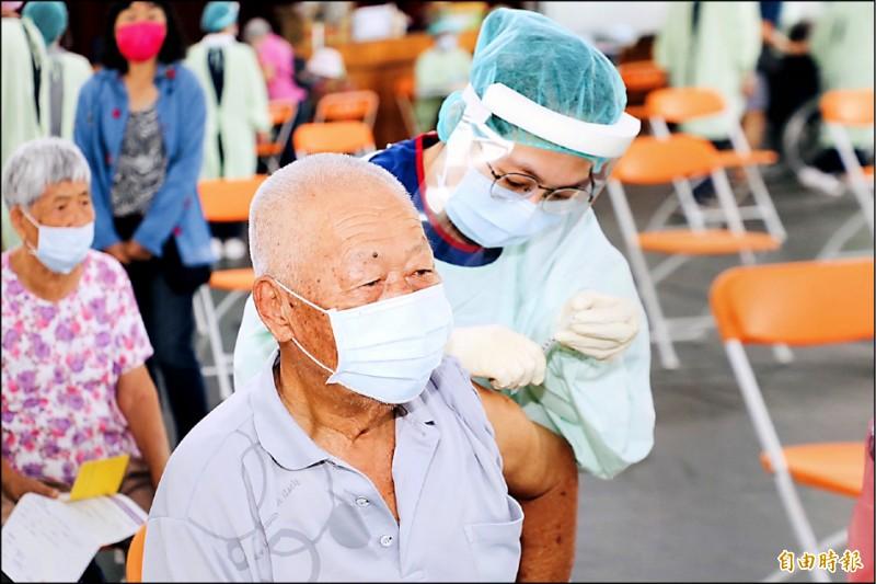 嘉縣為七十五歲以上長者,進行莫德納疫苗第二劑接種。(記者蔡宗勳攝)
