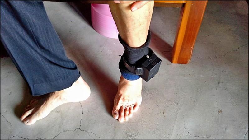 為避免性侵犯假釋後再犯案,須戴電子腳鐐監控。圖為示意圖。 (資料照)