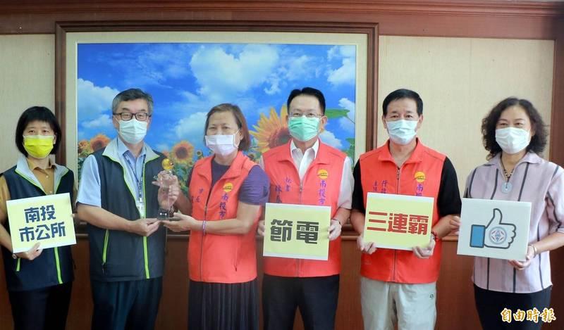南投市長宋懷琳(左3)代表南投市公所接受台電公司「節電王」表揚情形。(記者謝介裕攝)