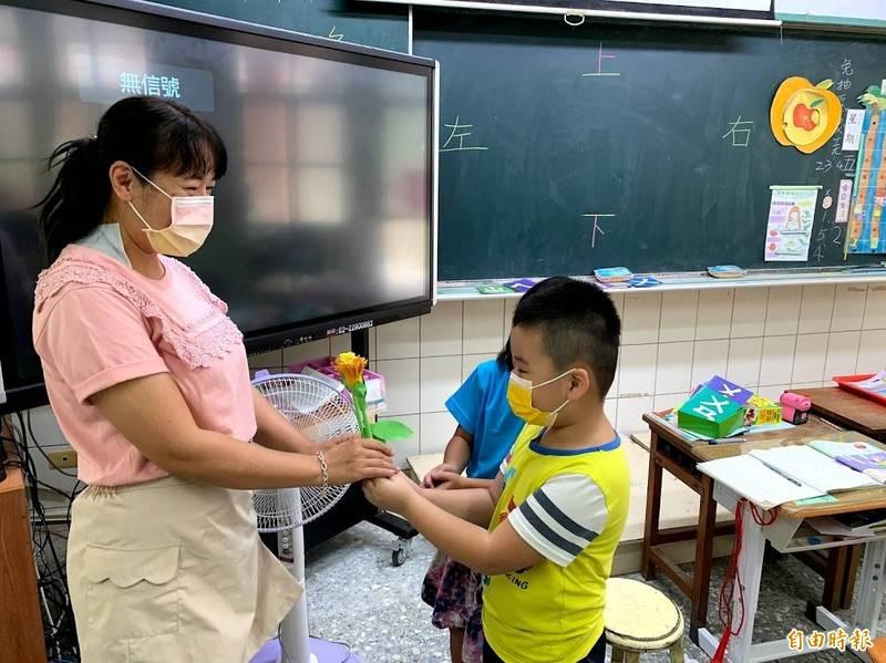 黎明國小學生送給老師自製花朵表達感恩。(記者林宜樟攝)
