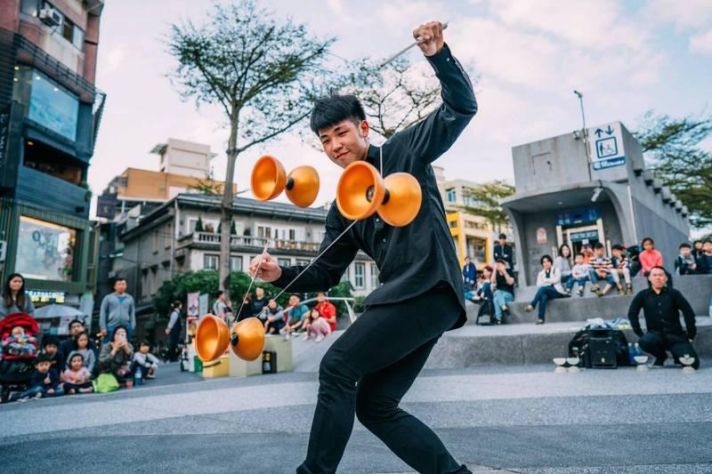 街頭藝人鄭湧蒼的扯鈴表演,基隆市民不陌生。(基隆文化局提供)