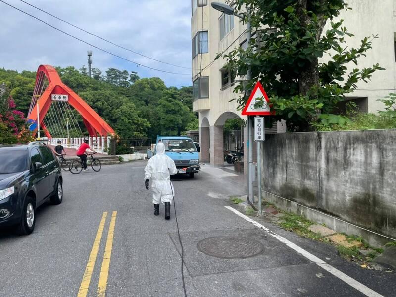 台北市新增的案16315,老家住在花蓮市區菁華橋附近,環保局消毒大隊人員今天緊急前往環境清消。(花蓮縣環保局提供)