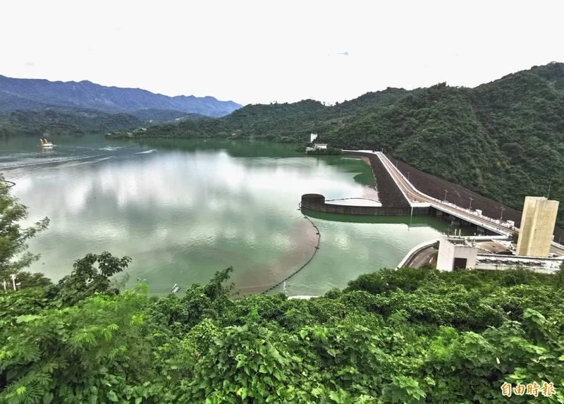 曾文水庫大壩旁的好漢坡,登頂可鳥瞰湖光山色,近來深受歡迎。(記者吳俊鋒攝)