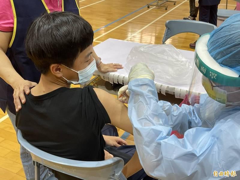 中市武肺疫苗涵蓋率逾5成,市府29日再下修幫68歲以上長者打第二劑莫德納。(記者蘇孟娟攝)