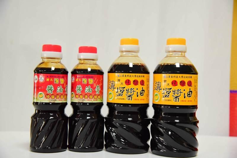 謝寶全以日本濃口醬油釀造「屏科大薄鹽醬油」,不添加防腐劑及鉀鹽、焦糖色素等添加物,打造出天然甘醇的風味,深受市場喜愛。 (屏科大提供)