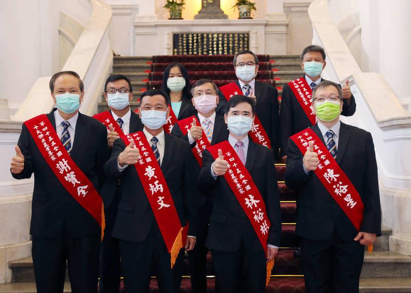 謝寶全獲十大農業專家殊榮(左1)。(屏科大提供)