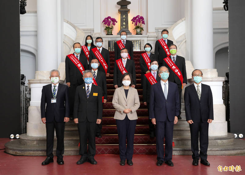 謝寶全(後2排左1)獲十大農業專家殊榮,由總統蔡英文接見。(屏科大提供)