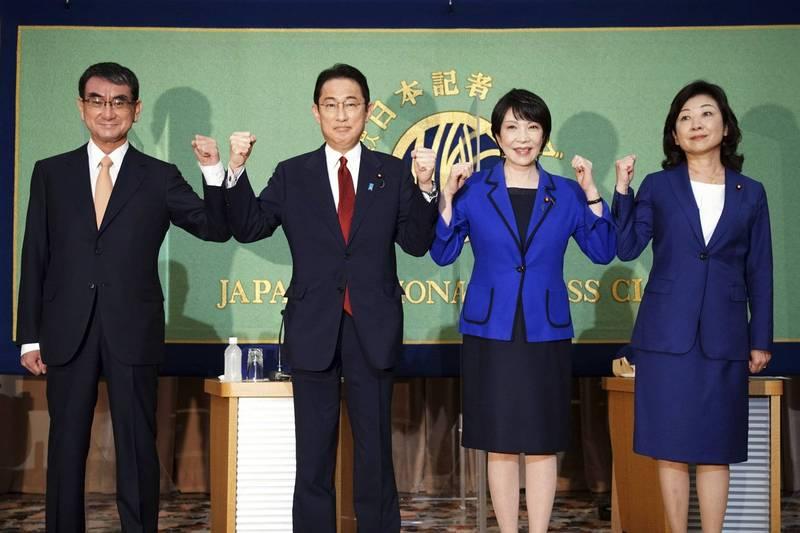 針對日本能否擁有核潛艦,河野太郎(左一)與高市早苗(右二)態度積極,岸田文雄(左二)較謹慎,野田聖子(右一)則採取否定態度。(美聯社)