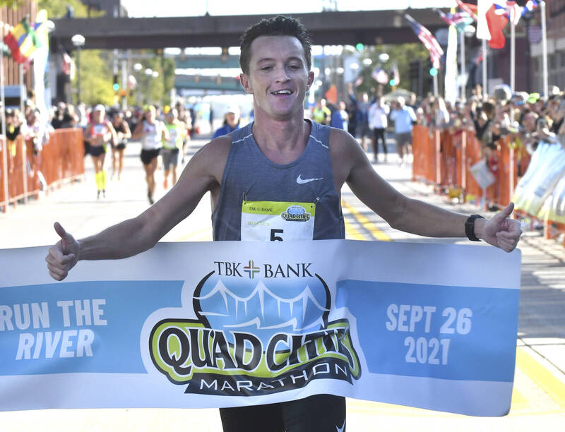 美國伊利諾伊州1名28歲男子彭斯,上週末傳出因2名原本領先好手被導引錯路線,最後以2小時15分6秒成績,贏得「Quad Cities Marathon」馬拉松賽事。(美聯社)