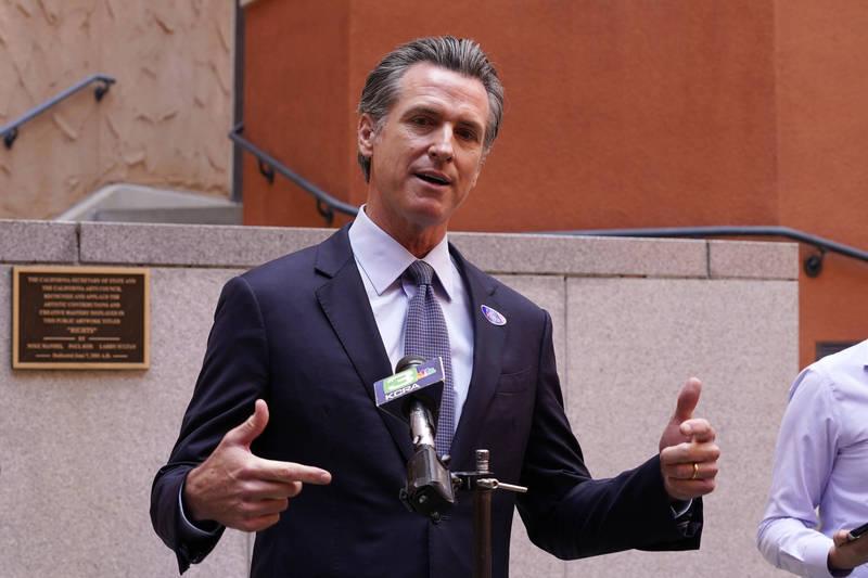 加州州長紐森簽署「郵寄投票」法案上路,盼能優化全州的選舉制度。(美聯社)
