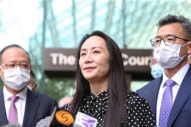 中國華為財務長孟晚舟(中)與美國政府達成協議,24日在加拿大獲釋。(路透)
