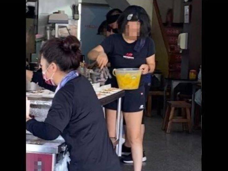 台南某蝦仁飯老闆娘未戴口罩夾配菜遭民眾錄影檢舉,衛生局將依法開罰3千元。(圖擷取自臉書「爆料公社」)