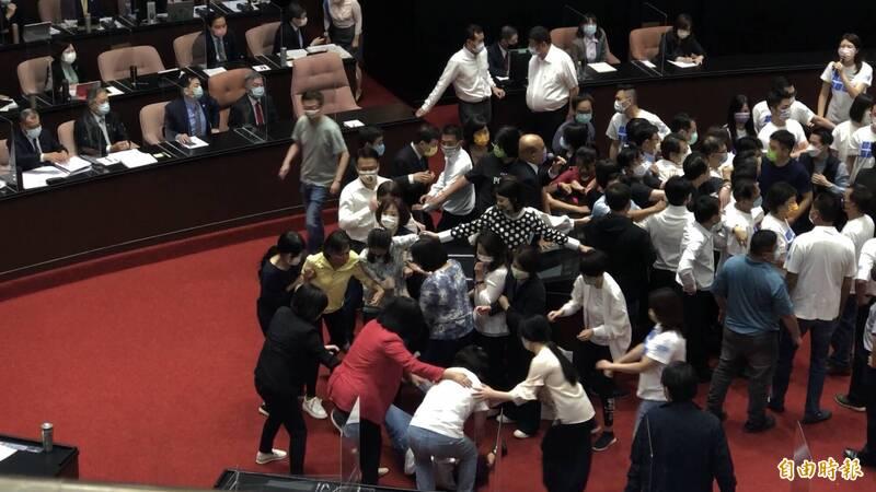 朝野立委今於立法院發生肢體衝突。(記者陳昀攝)