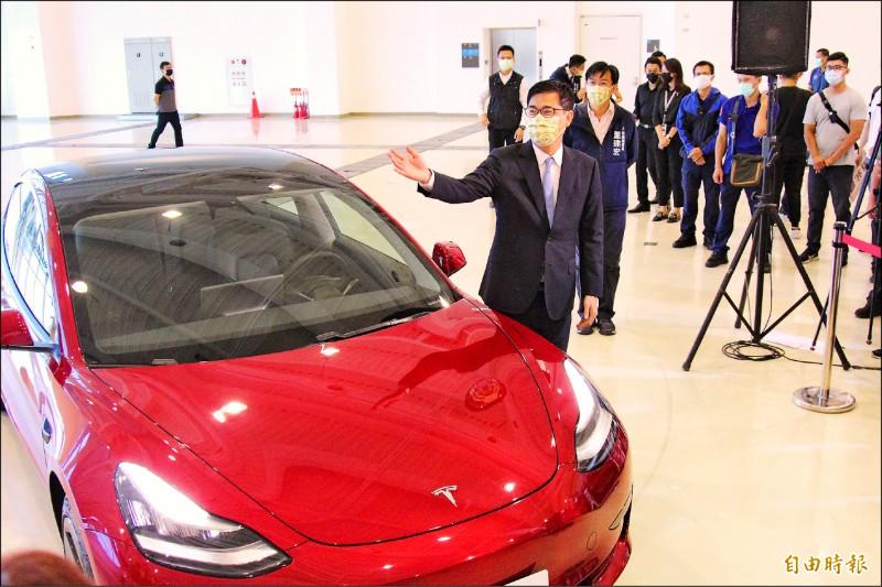 市長陳其邁介紹「高雄開就賺」抽獎,特獎為特斯拉電動汽車。(記者李惠洲攝)