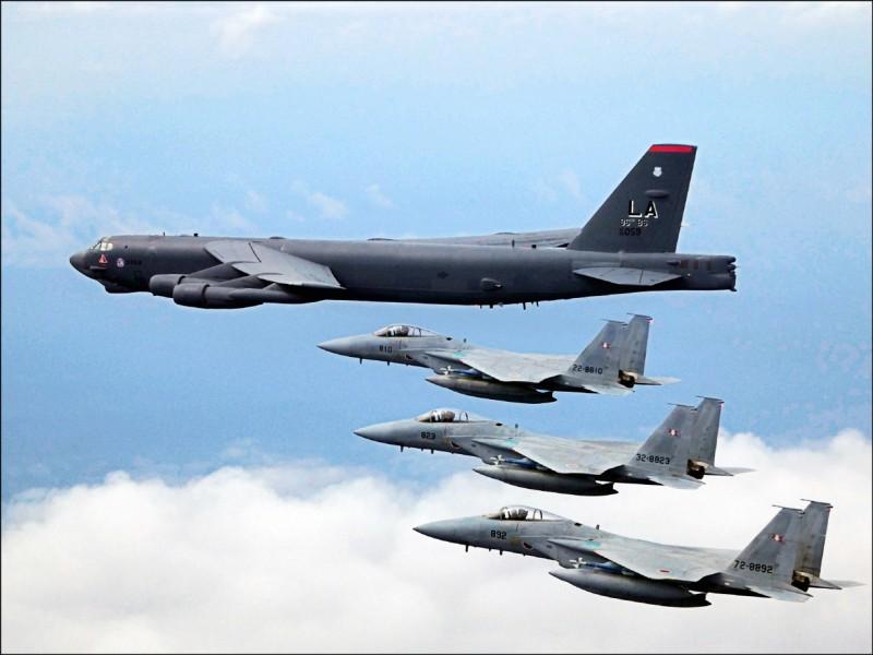 日本法政大學教授福田圓表示,若台海發生軍事衝突,日本會基於美日安保和相關法律來因應。圖為美軍B52戰略轟炸機與日本自衛隊F15戰鬥機編隊飛行。(取自駐日美軍司令部臉書)